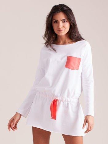 Biała dresowa sukienka z kieszonką
