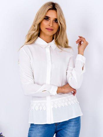 Biała koszula z koronkową lamówką