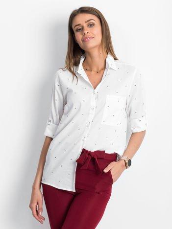 Biała koszula z podwijanymi rękawami w drobne wzory