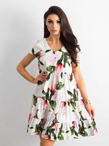 Biała kwiatowa sukienka z falbaną