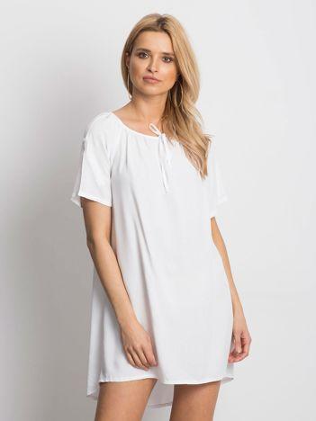 Biała luźna sukienka z wiązaniem