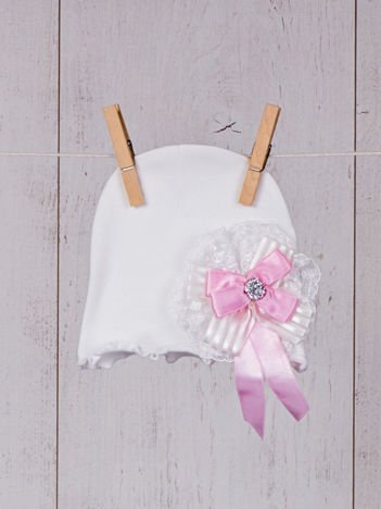 Biała niemowlęca bezuciskowa elastyczna przejściowa czapeczka dziewczęca z kokardką