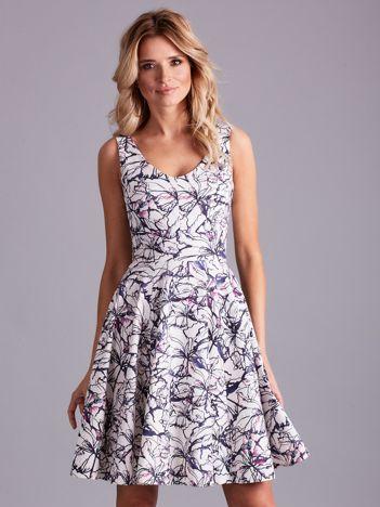 Biała rozkloszowana sukienka we wzory