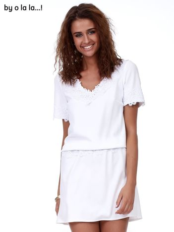 Biała sukienka V-neck z marszczeniem w pasie
