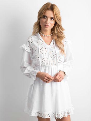 Biała sukienka boho z falbanami