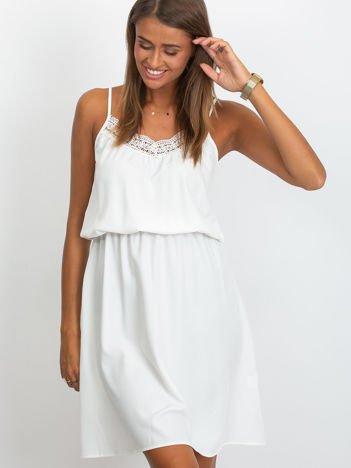 Biała sukienka damska na ramiączkach