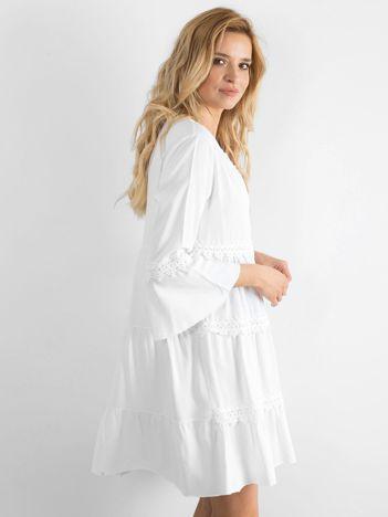 Biała sukienka damska z koronkowymi wstawkami