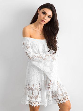 Biała sukienka hiszpanka z szerokimi rękawami