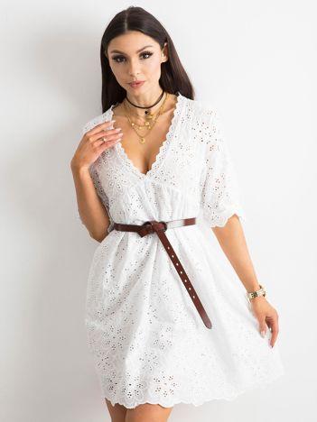Biała sukienka w haftowane kwiaty