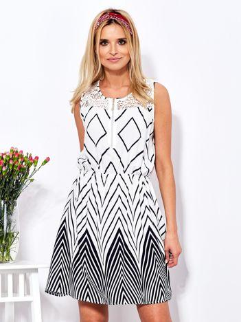 Biała sukienka w kontrastowe zygzaki