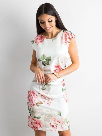 Biała sukienka w kwiaty z marszczeniem