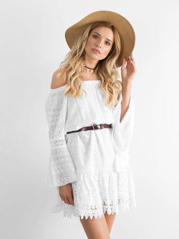 Biała sukienka z asymetrycznymi rękawami