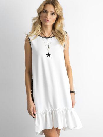 Biała sukienka z falbaną