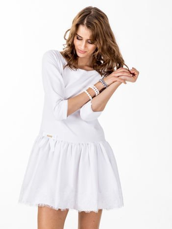 Biała sukienka z kokardką i szeroką falbaną
