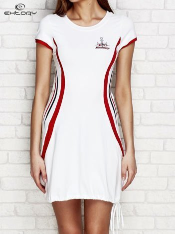 Biała sukienka z marynarskimi motywami
