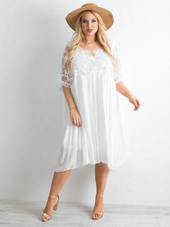 Biała zwiewna sukienka