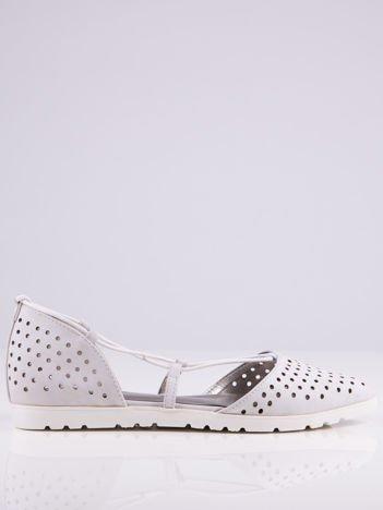 Białe ażurowe sandały wiązane wokół kostki