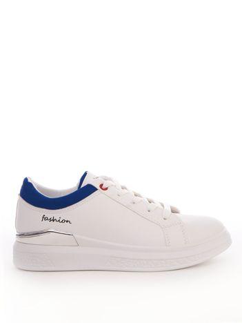 Białe buty sportowe z niebieskim wykończeniem