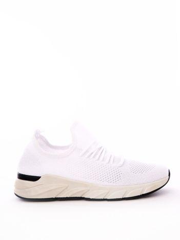 Białe dzianinowe buty sportowe na profilowanej podeszwie