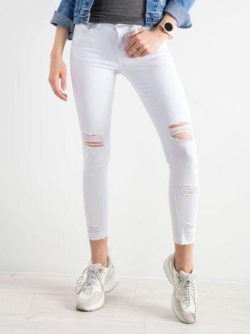 Białe jeansy skinny z dziurami