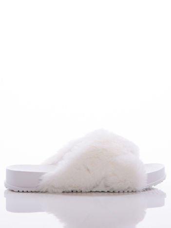 Białe klapki z futrzaną cholewką