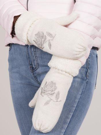 Białe ocieplane rękawiczki z haftem