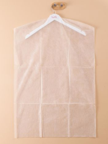 Białe pokrowce na ubrania