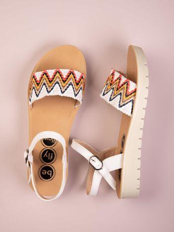 Białe sandały Kylie z etnicznymi wzorami
