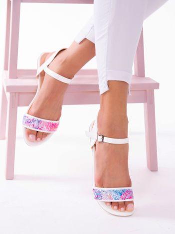 Białe sandały z kolorowymi cekinami na przodzie
