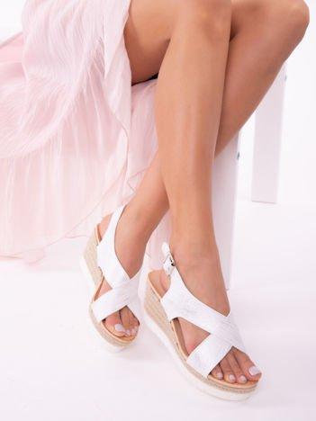 Białe sandały z tłoczonymi, mieniącymi się paskami