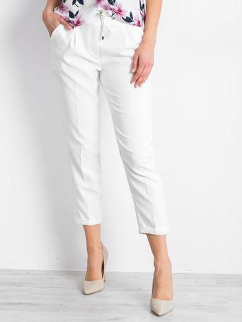 Białe spodnie Arbitration