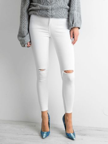 Białe spodnie jeansowe z dziurami