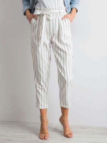 Białe spodnie w paski