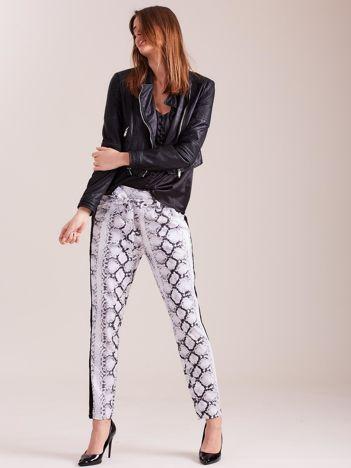 Białe spodnie we wzory