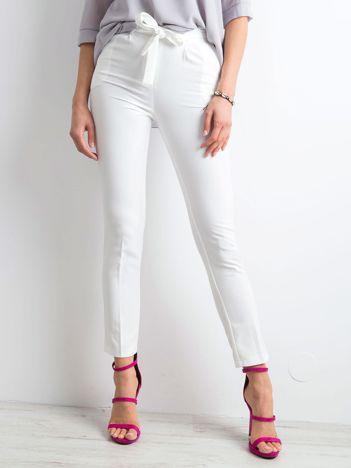 Białe spodnie z wiązaniem