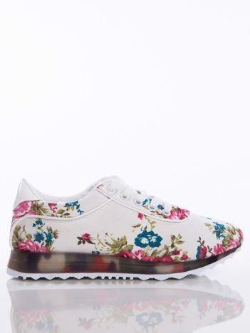 Białe sprotowe buty z motywem w kwiaty na sprężystej kolorowej podeszwie