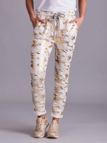 Białe wzorzyste spodnie dresowe