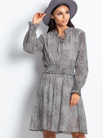 Biało-brązowa sukienka w cętki