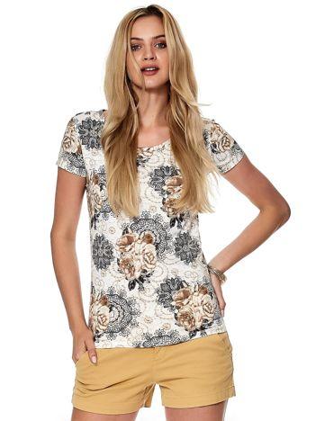Biało-brązowy t-shirt z ozdobnym kwiatowym motywem