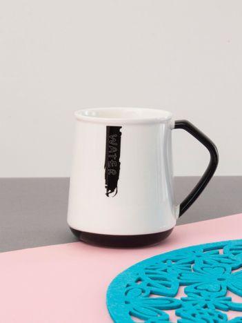 Biało-czarny kubek ceramiczny