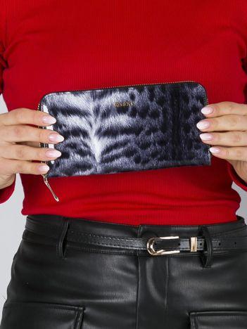 Biało-czarny lakierowany portfel skórzany z futrzanym wzorem