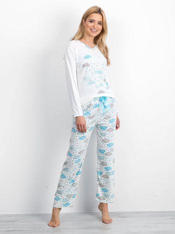 Biało-niebieska piżama z nadrukiem