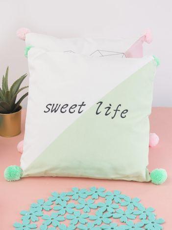 Biało-zielona poduszka z pomponami