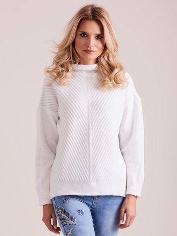 Biały dzianinowy sweter damski