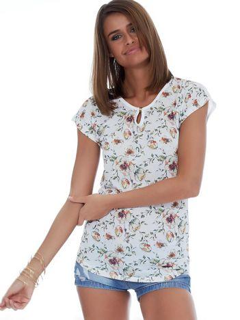 Biały kwiatowy t-shirt z wycięciem łezką