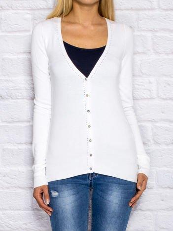 Biały sweter na guziki