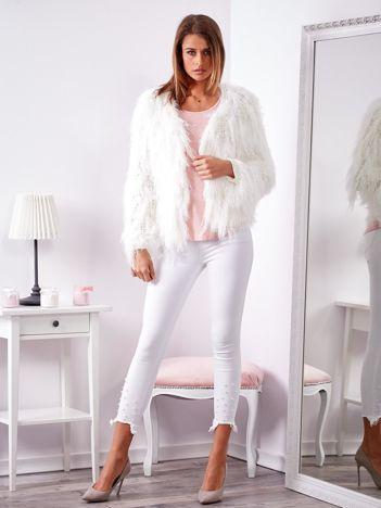 Biały sweter z długim włosem