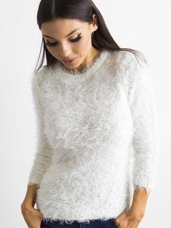 Biały sweter z długim włosem i cekinami