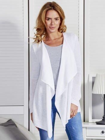 Biały sweter z kaskadowym dekoltem