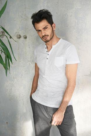 Biały t-shirt męski z guzikami